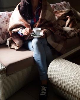 La mujer está sosteniendo una taza de té