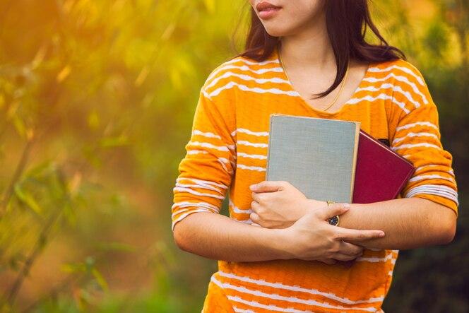 Mujer sosteniendo un libro