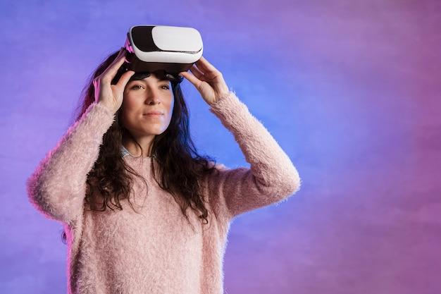 Mujer sosteniendo vr nueva tecnología