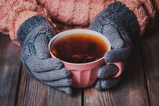 La mujer sostiene una taza de té picante