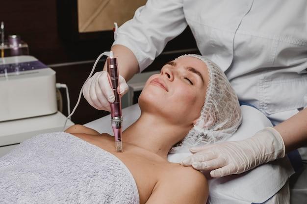 Mujer en el spa con un tratamiento para la piel