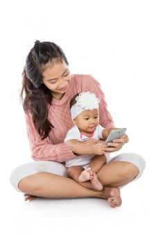 Mujer con su bebé usando tableta juntos