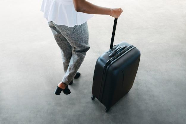 Mujer y su equipaje preparándose para un viaje