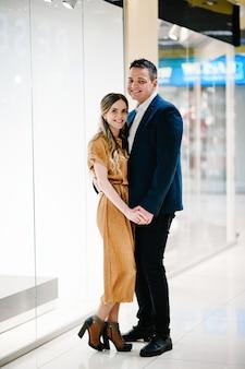 Una mujer y su esposo celebran el aniversario el día de navidad.
