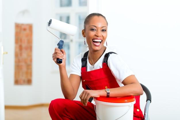 Mujer en su hogar renovando bricolaje