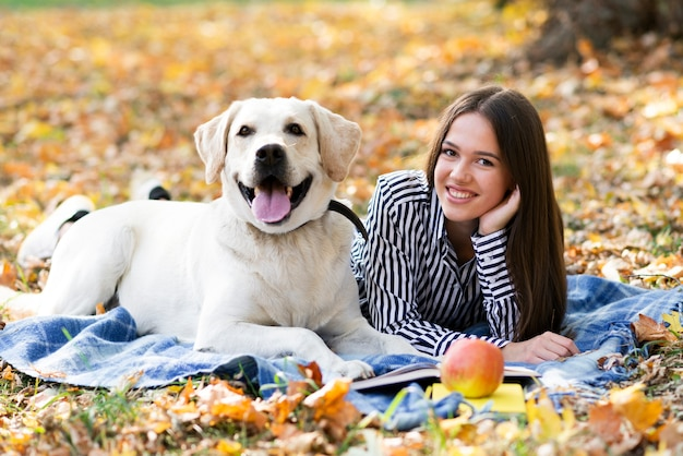 Mujer con su mejor amiga en el parque