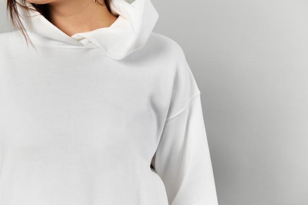 Mujer con una sudadera con capucha blanca