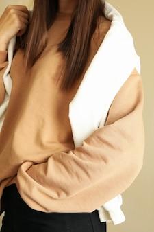 Mujer en sudaderas con estilo