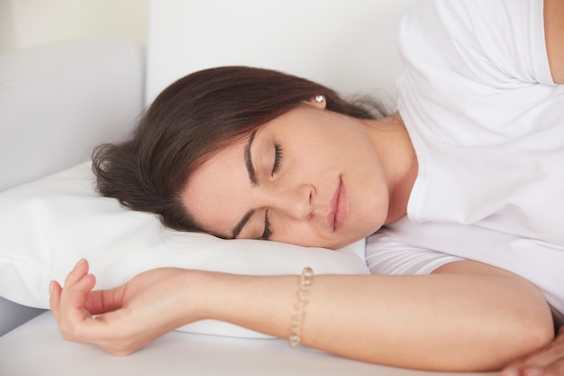 Mujer, sueño, en, sofá