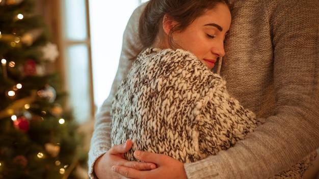Mujer, en, suéter, abrazar, hombre