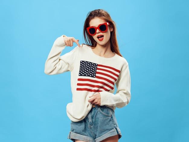 Mujer en suéter con la imagen de la bandera de américa. día de la bandera americana y país independiente