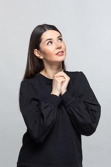 Mujer de suéter negro piensa