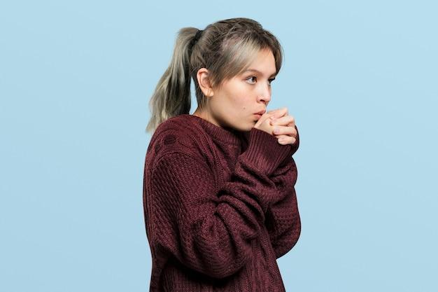 Mujer con un suéter rojo vino