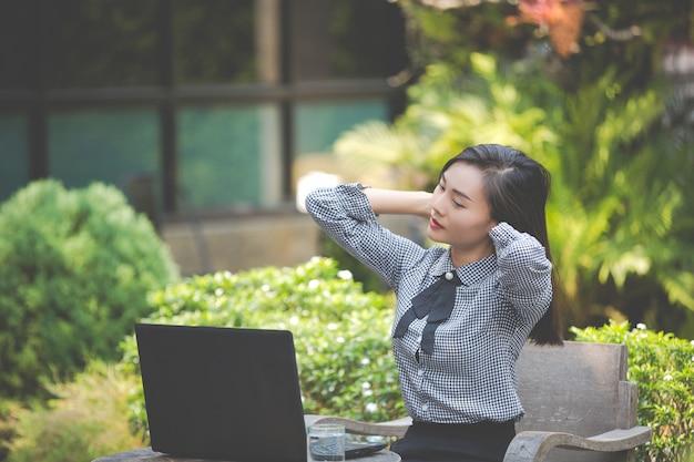 La mujer sufre fatiga del trabajo.