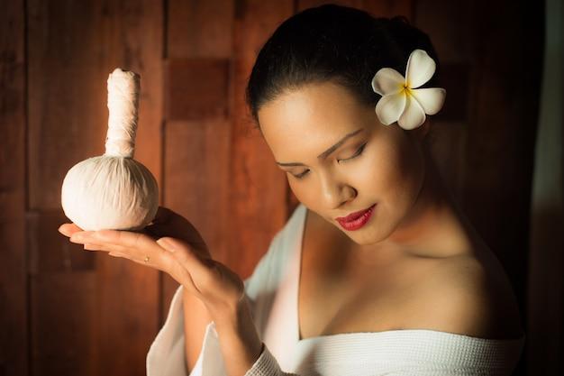 Mujer sujetando un masajeador