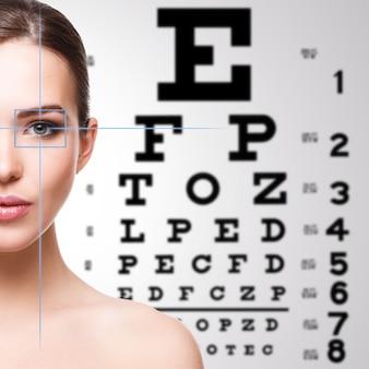 Mujer y tabla optométrica