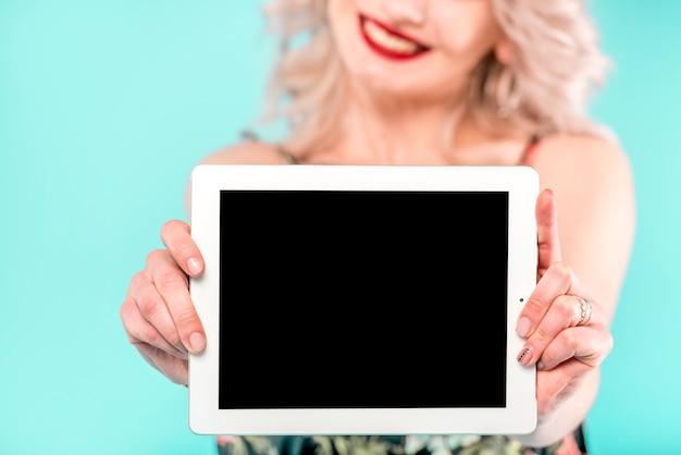 Mujer con tableta digital blanca