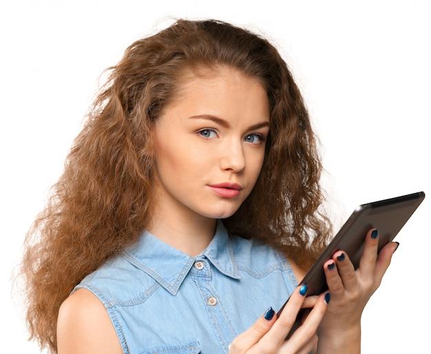 Mujer con tableta digital