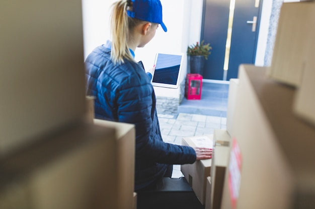 Mujer con tableta entregando correo