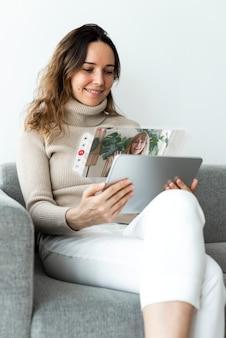 Mujer con tableta para videollamada