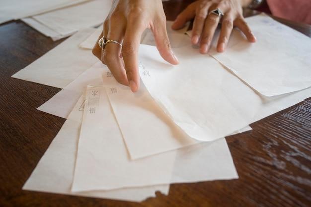 Mujer talentosa que trabaja con papel japonés