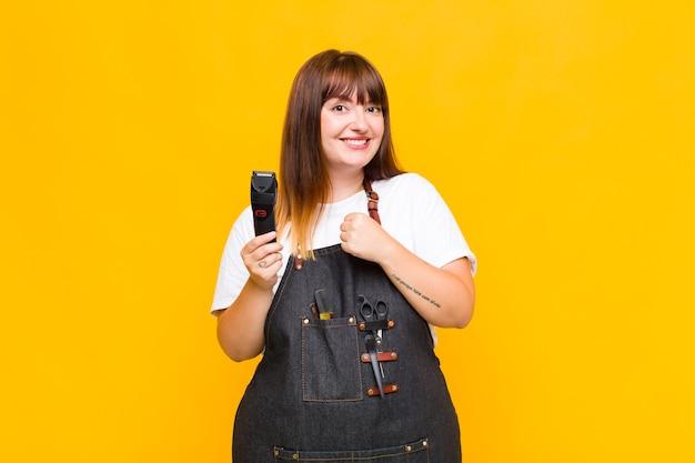 Mujer de talla grande que se siente feliz, positiva y exitosa, motivada al enfrentar un desafío o celebrar buenos resultados