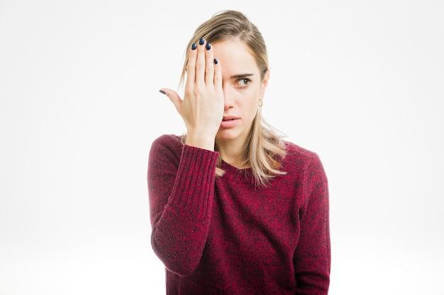 Mujer tapando ojo