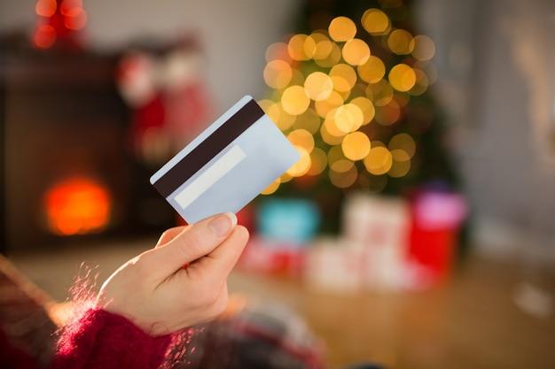 Mujer con tarjeta de crédito en navidad