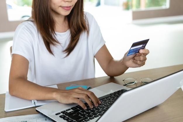 Mujer con tarjeta de crédito y vinculación, cuenta y concepto de ahorro