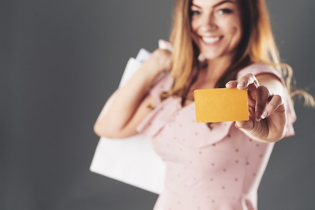 Mujer con tarjeta de descuento