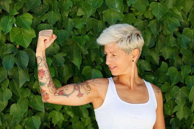 Mujer con tatuajes de flores en el brazo.