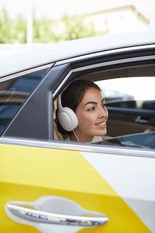 Mujer, en, taxi, vista lateral