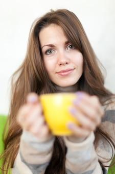 Mujer con taza en casa