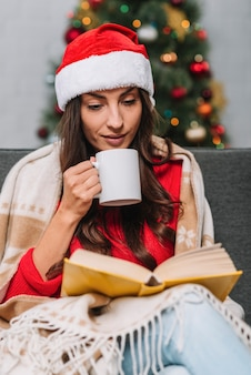 Mujer, con, taza, libro de lectura