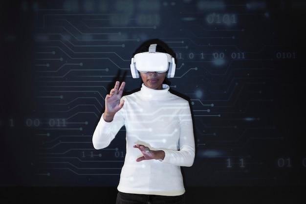 Mujer con tecnología inteligente de casco de realidad virtual