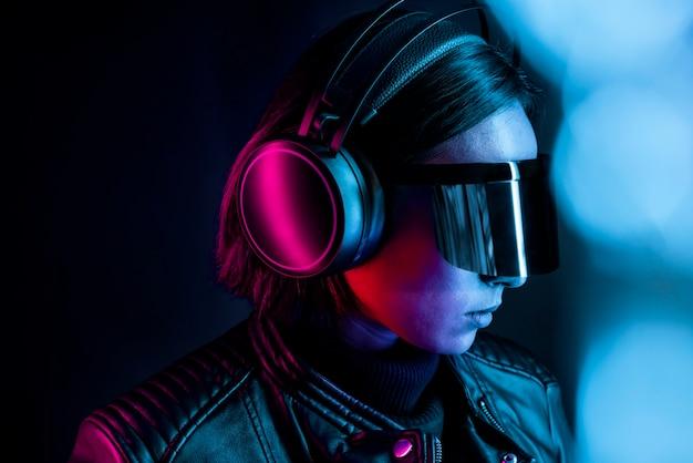 Mujer en tecnología inteligente de gafas de realidad virtual