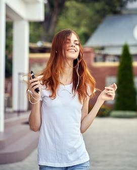 Mujer con un teléfono en auriculares corre