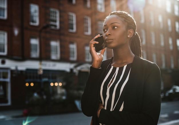 Mujer en el teléfono mientras camina
