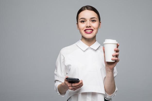 Mujer con teléfono móvil y café en blanco