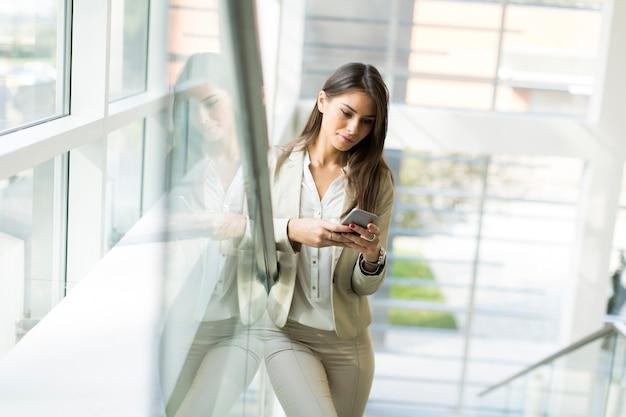 Mujer con un telefono