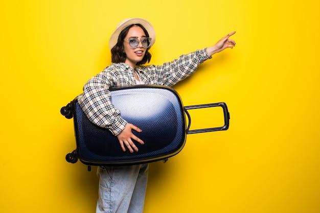 Mujer de tendencia joven en gafas de sol y sombrero de paja listo para viajes de verano aislado