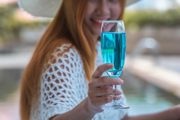 Mujer, tenencia, copa de vino