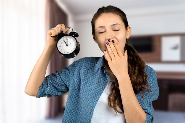 Mujer, tenencia, despertador