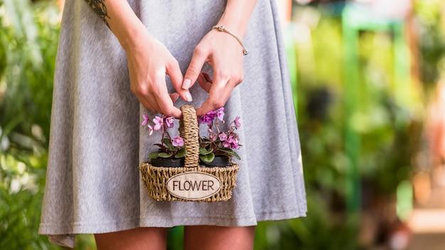 Mujer, tenencia, flores, en, cesta