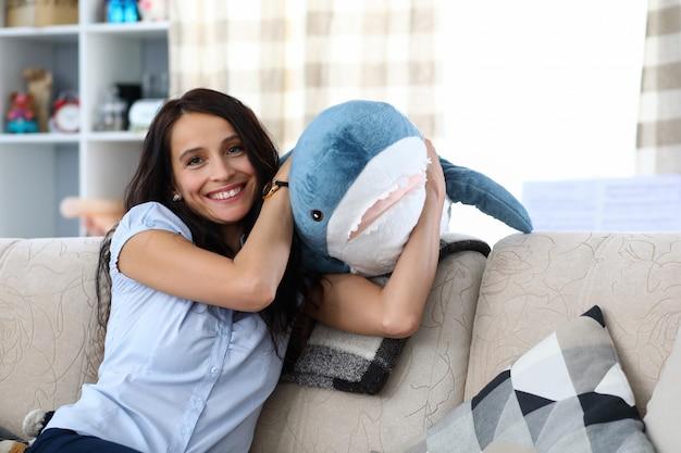 Mujer, tenencia, juguete, tiburón