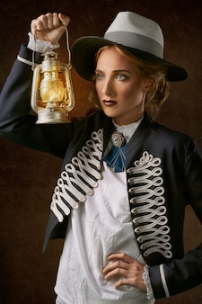 Mujer, tenencia, linterna, lámpara