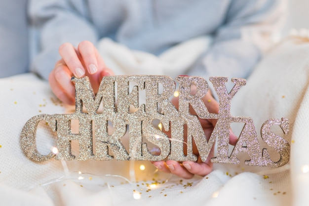 Mujer, tenencia, de madera, feliz navidad, inscripción