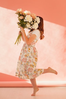 Mujer, tenencia, ramo de flores, tiro completo