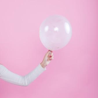 Mujer, teniendo aire, globo, en, mano