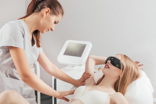 Mujer teniendo depilación láser depilación axila